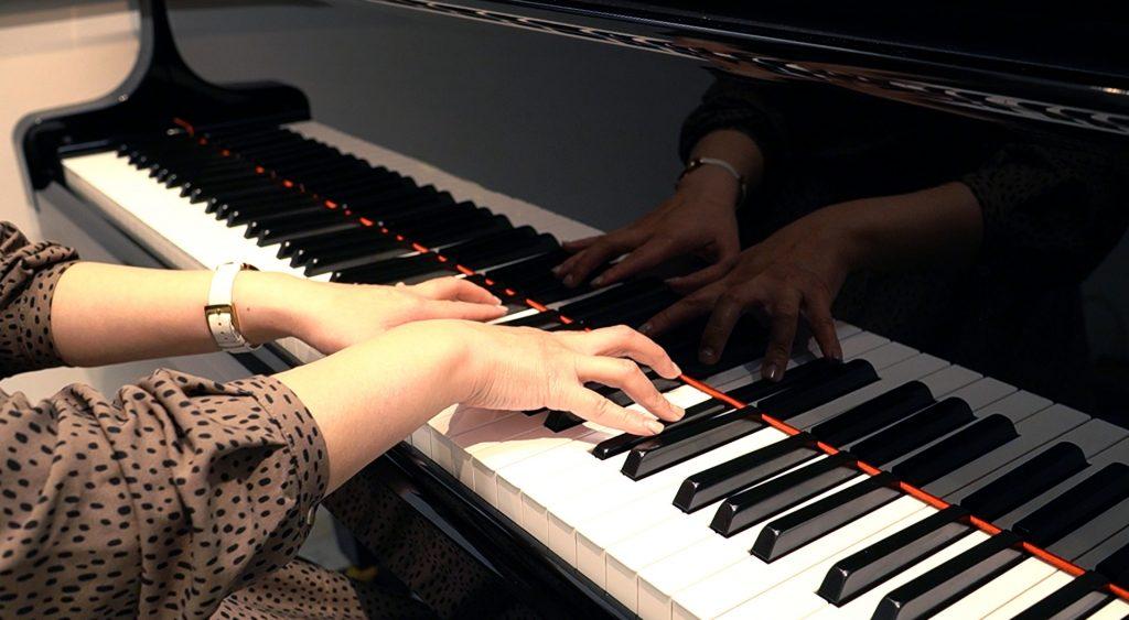 ピアノを引いている写真